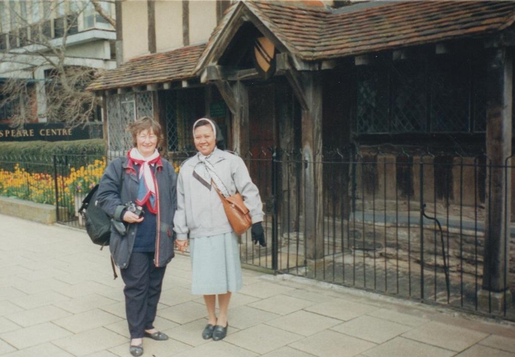 di depan  Rumah  William  Shakespeare