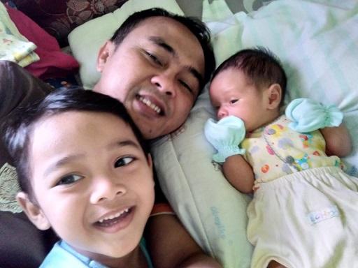El bersama  ayah  dan  Adiknya